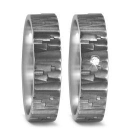 besondere Hochzeitsringe strukturiert aus Titan mit Brillant